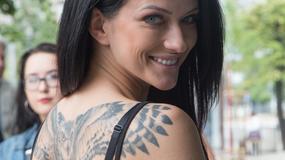 Jula z wielkim tatuażem na plecach