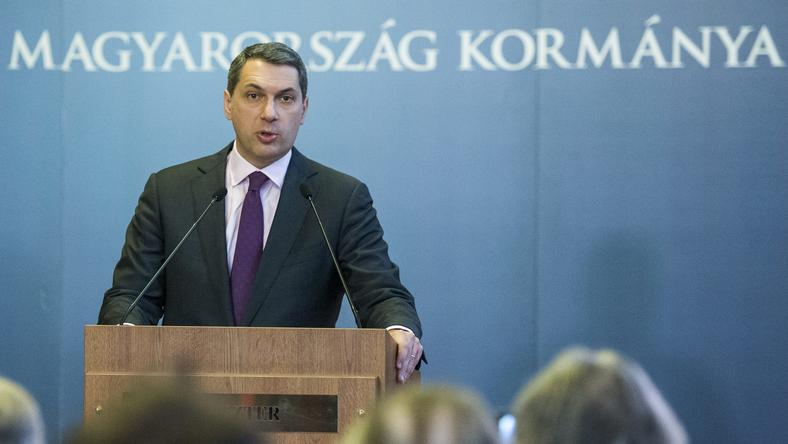Lázár kiosztotta az intőket a tanároknak / Fotó: MTI - Illyés Tibor