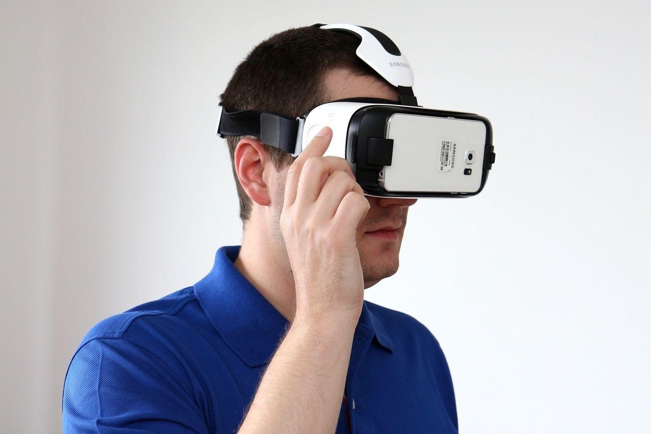 Smartfón sa vkladá do prednej časti headsetu