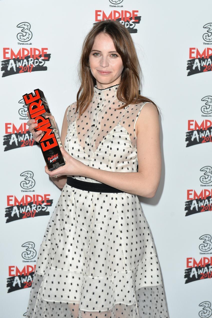 Felicity Jones pozuje z nagrodą
