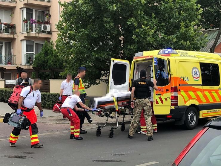 Végül elfogták a férfit, akit a mentők vittek el / Fotó: Blikk