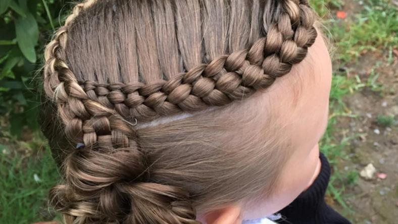 Minden reggel más frizurával lepi meg lányát az édesanya./ Fotó: Instagram/prettylittlebraids