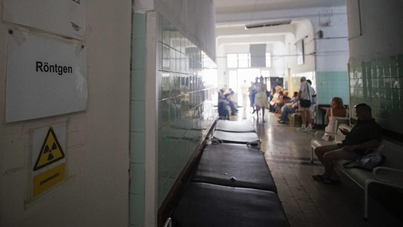 A betegek olvasnivalóval jönnek a kórházba: várakozás mindig van /Fotó: MTI-Balogh Zoltán