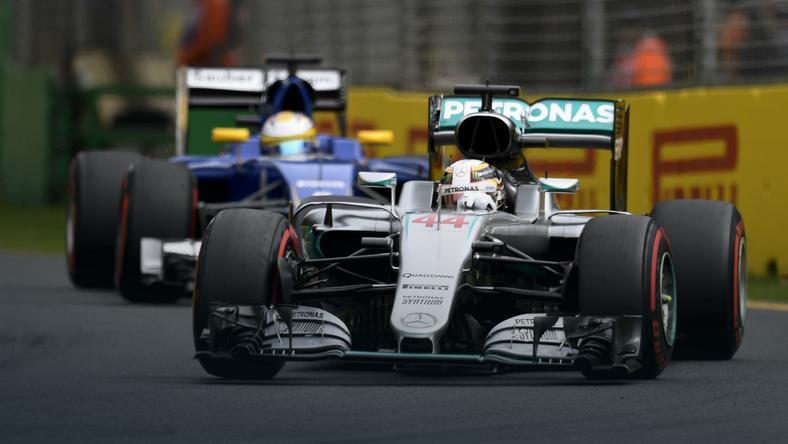 Lewis Hamilton (na pierwszym planie)