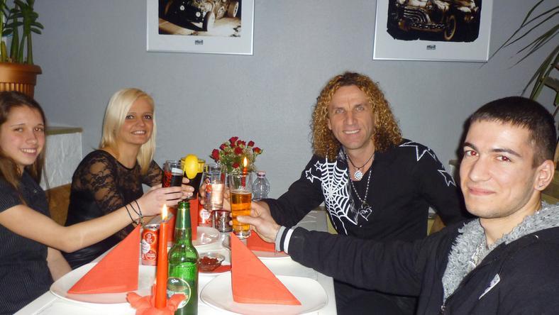 Balázs Palival egyik nagy rajongója, Évi (hátul) nyerte a közös vacsorát, amire elhívta lányát és kedvesét is
