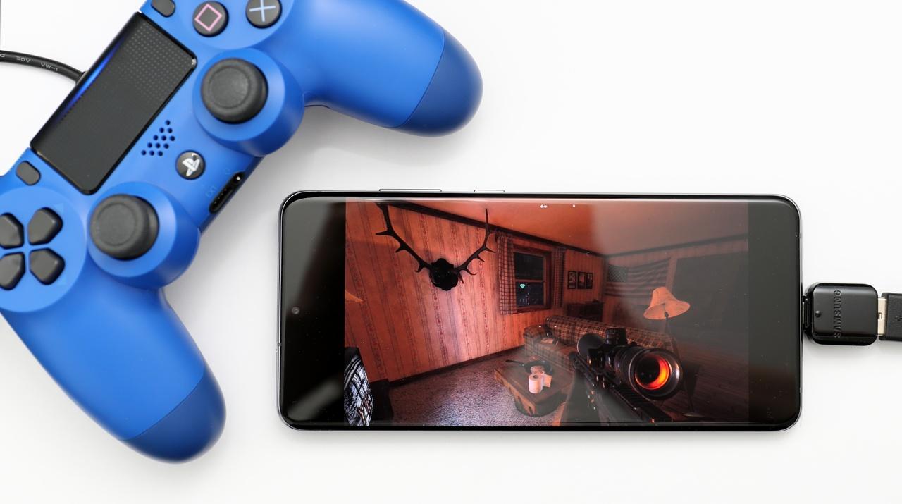 K smartfónu Samsung Galaxy S20 Ultra sme pripojili ovládač DualShock 4 v2 cez kábel aj cez Bluetooth.