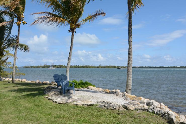 Ha pedig a ház luxusmedencéjét megunná tulajdonosa, könnyedén kisétálhat a partra és kiülhet a pálmafák árnyékába /Fotó: Northfoto