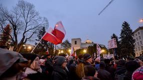 """KOD i kluby """"Gazety Polskiej"""". Demonstracje w Warszawie po zamieszaniu w Sejmie"""