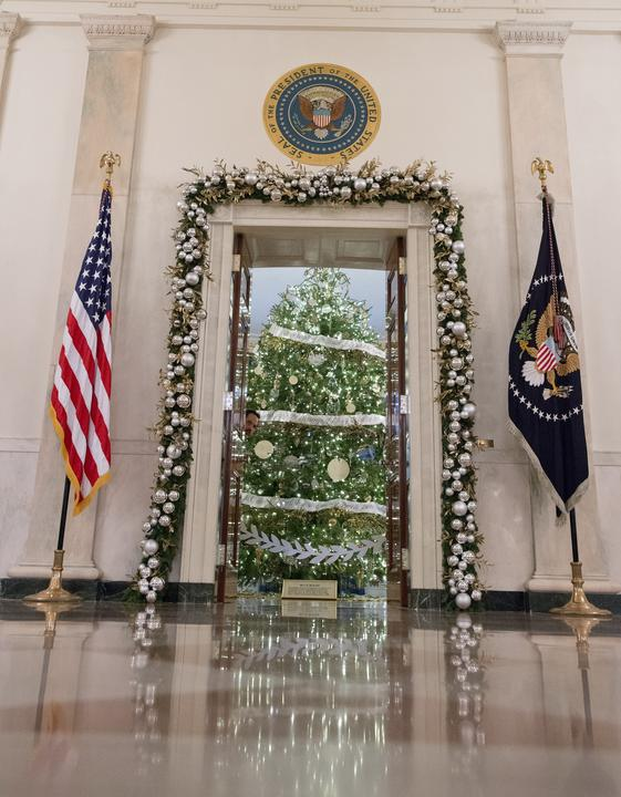 És az ajtók keretét is gömbsor díszíti. / Fotó: AFP