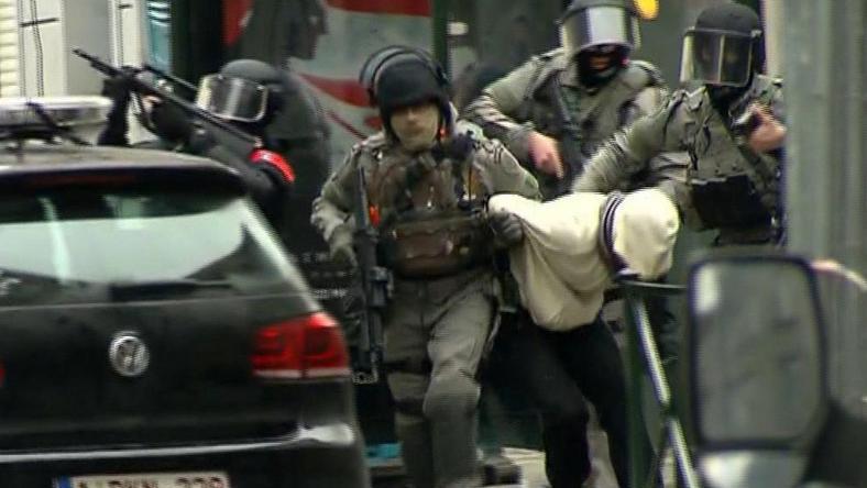Abdeslamot (csuklyában) november 13 óta keresték, bal lábát meglőtték /Fotó: AP