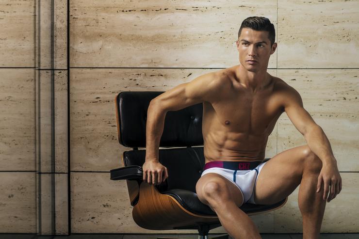 Cristiano Ronaldo teljesen levetkőzött – képek d931588ca9