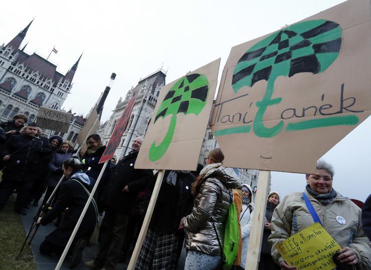 A kockás esernyő a Tanítanék Mozgalom jelképe /Fotó: Fuszek Gábor