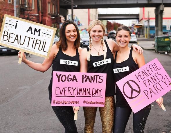 Parada kobiet w legginsach