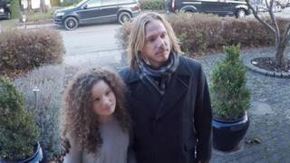 30-latek oświadcza się 13-latce. Nietypowa kampania duńskiej fundacji