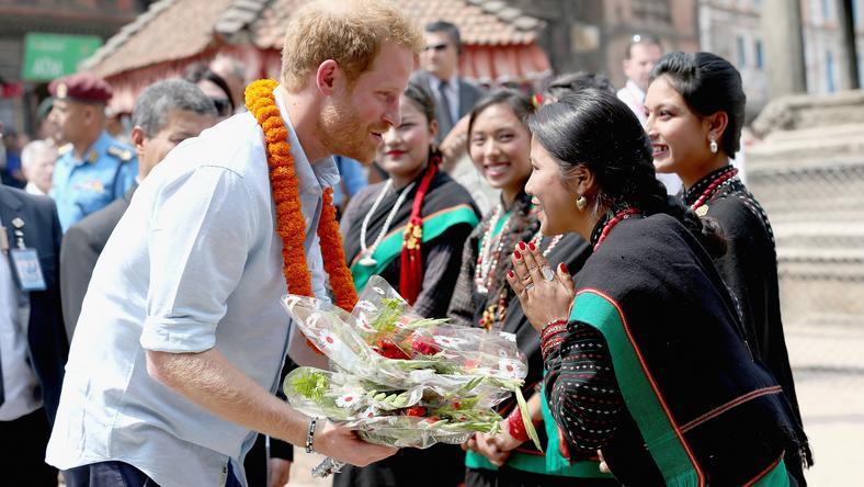 Harry virágcsokrokat kapott az öt nepáli szűzlánytól / Fotó: Europress Getty Images