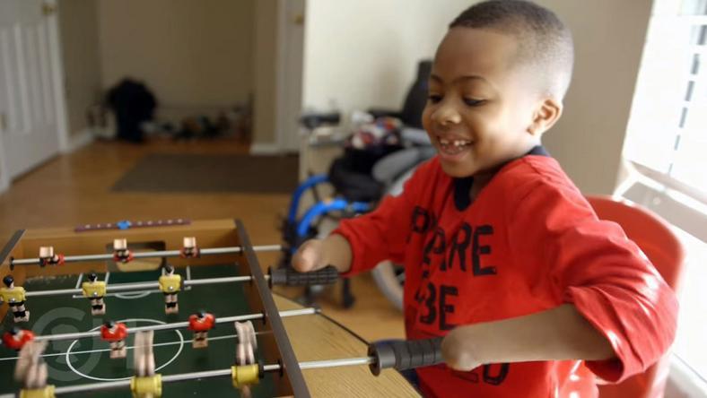 Zion két éves korában vesztette el végtagjait egy betegség miatt, amely az életét is veszélyeztette /Fotó: YouTube