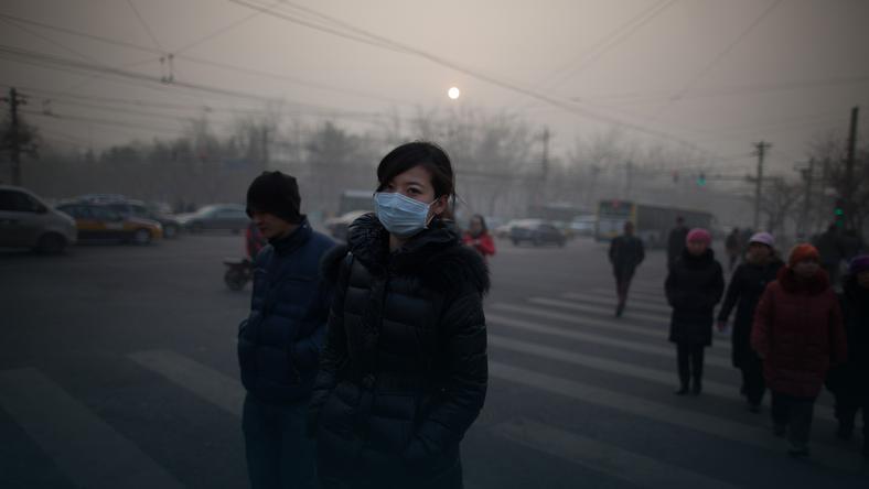 Mieszkańcy Pekinu wychodzą na ulicę w maskach, fot. AFP