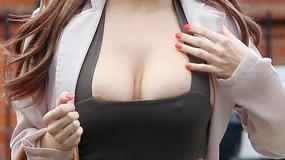 """Modelka """"Playboya"""" dumnie prezentuje piersi"""