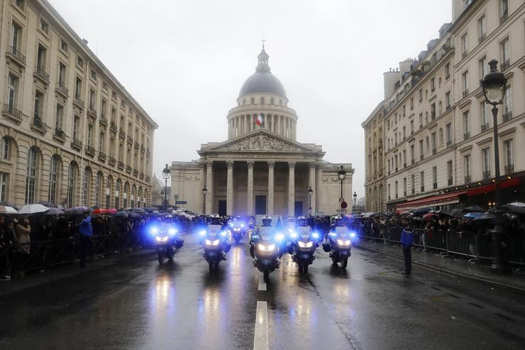 Emmanuel Macron francia elnök is lerótta tiszteletét /Fotó: MTI