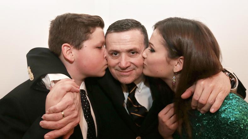Puszival mutatta meg, mennyire szereti Lajcsit kisebbik fia, István és lánya, Bogi /Fotó: Gy. Balázs Béla