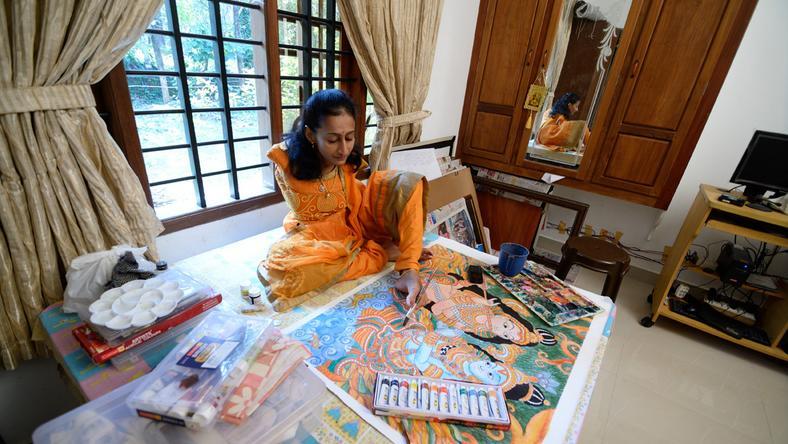 A karok nélkül született Swapna csodálatos, keresett festményeket alkot a lábujjai segítségével /Fotó: Northfoto