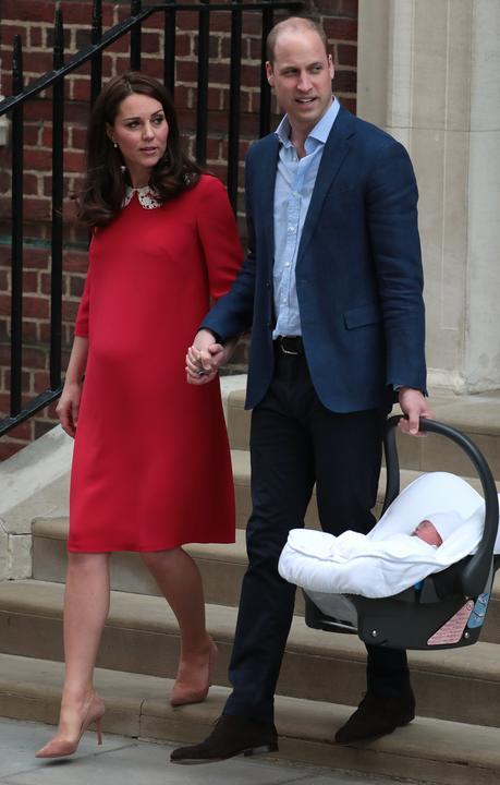 A pillanat, amire mindenki vár: kilépnek a babával! /Fotó: AFP