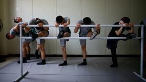 Południowokoreańscy żołnierze ćwiczą balet