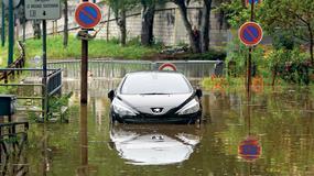 Napływają zalane samochody!