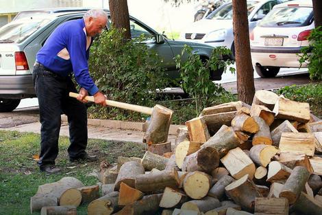 Po nepisanom pravilu su prvi u nabavku ogreva za narednu zimu krenuli penzioneri