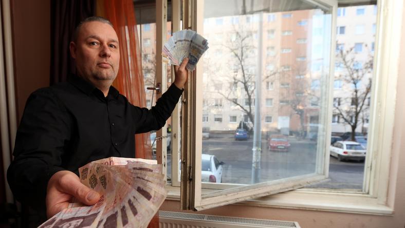 Andócsi Imre 170 ezer forintot fizetett ki az új nyílászárókra, amiket azóta sem látott / Fotó: Weber Zsolt