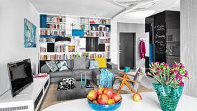 Funkcjonalny apartament Julity i Jakuba. Dominują szarości i biele, ożywione mocnymi barwami