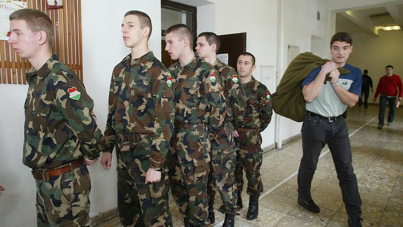 Magyarországon 2004- ben törölték el a sorköte lezettséget, a fiatalok  legnagyobb örömére / Fotó: MTI-Bruzák Noémi