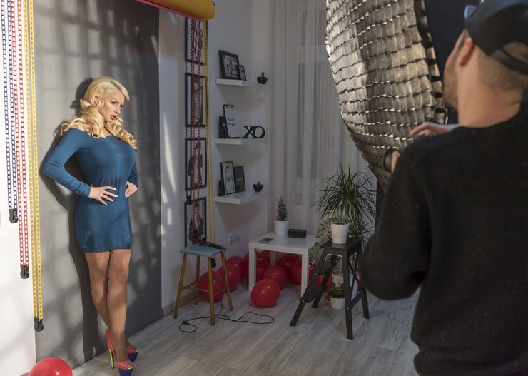 A szexi modell sokkal visszafogottabb, elegáns ruhákban pózolt a kamerának / Fotó: Járai László