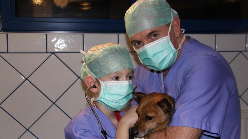Juhász Csaba professzor és fia egy másik megmentett kutyussal