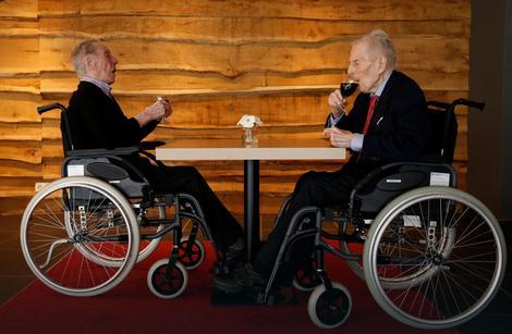 Piter i Paulus Langerok proslavili 103. rođendan uz čašu finog vina