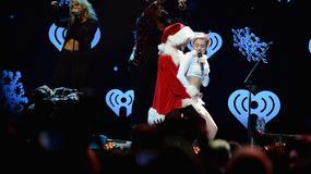 Miley Cyrus tańczy z Mikołajem i kobietami przebranymi za renifery