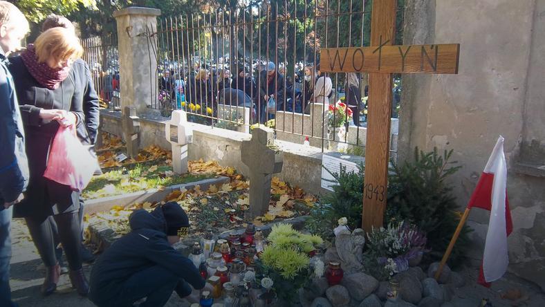 Prowizoryczny Krzyż Wołyński na cmentarzu w Lublinie - Zaduszki 2015 r., fot. Zdzisław Koguciuk