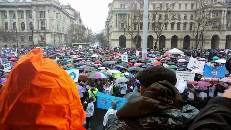 A rossz időjárás ellenére is megtelt a Kossuth tér /Fotó: Vági Bence