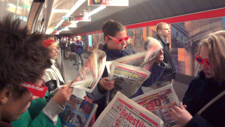 A 3D-s Blikk megjelenésekor szemüveges újságolvasók lepték el az utcákat és aluljárókat
