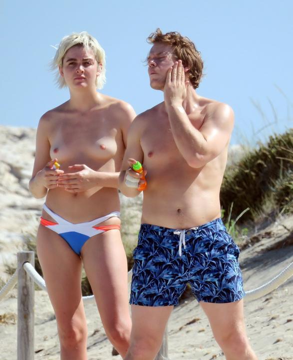 A Trónok Harca sztárjának barátnője lekapta a bikinifelsőt /Fotó: Northfoto