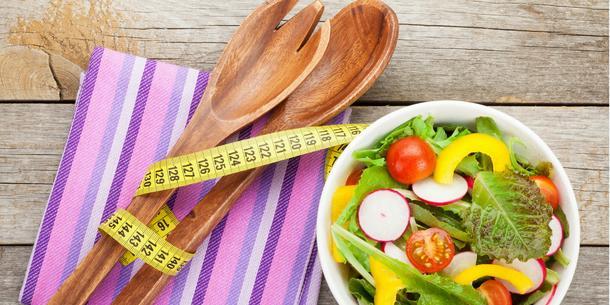 Co jeść wieczorem, by rano mieć płaski brzuch? Przekąski po kolacji, które nie tuczą