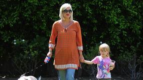Aktorka na spacerze z córką i... świnką na smyczy