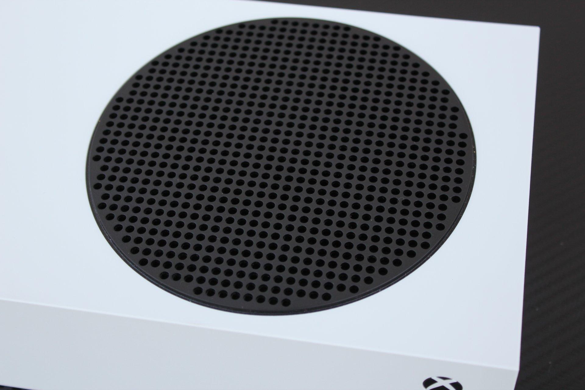 Vrchnej stene dominuje čierny kryt ventilátora.