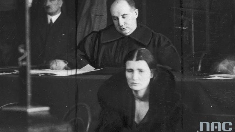 Oskarżona Rita Gorgonowa podczas procesu. Za oskarżoną widoczny jej obrońca Maurycy Axer, fot. NAC