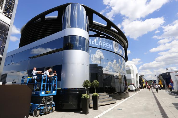 Ebben a motorhome-ban készül a versenyekre Alonso és Button/ Fotó: Fuszek Gábor