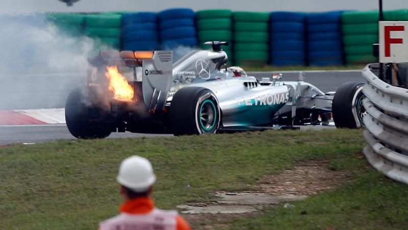 Płonący bolid Lewisa Hamiltona