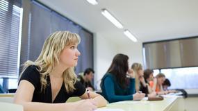 Szkoły zawodowe w Polsce stają się liczącą alternatywą dla placówek ogólnokształcących. Ich uczniowie mogą zdobywać zawód, który zapewni im w przyszłości pracę, a nauczyciele szkolić się do jeszcze lepszej pracy. Wszystko to dzięki projektom mobilności ponadnarodowej realizowanym na zasadach programu Erasmus+ w ramach Programu Wiedza Edukacja Rozwój – POWER) finansowanemu przez Unię Europejską.