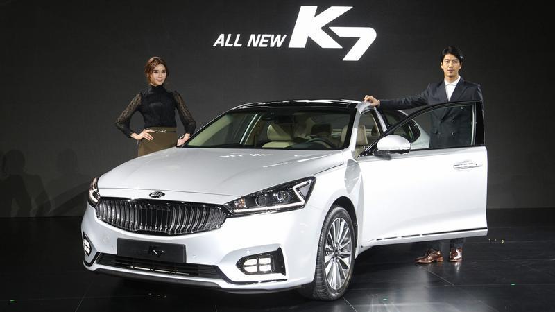 Modellek az új Kia K7 szöuli bemutatóján-MTI