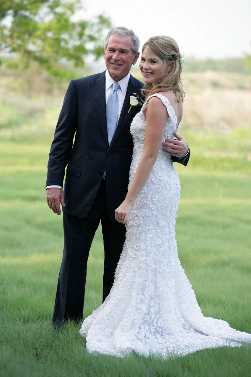 Jenna Bush w sukni ślubnej Oscara de la Renty i George W. Bush / Getty Images