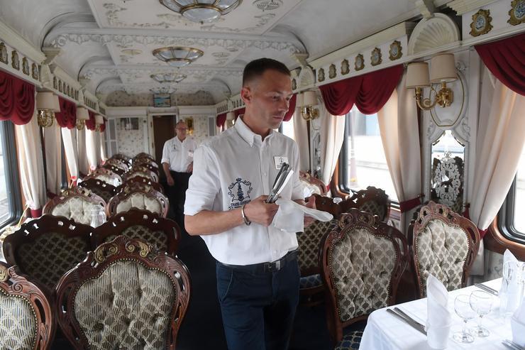 A vonat étkezőkocsijának berendezése a múlt századi luxust és pompát idézi /Fotó: Profmedia-Red Dot